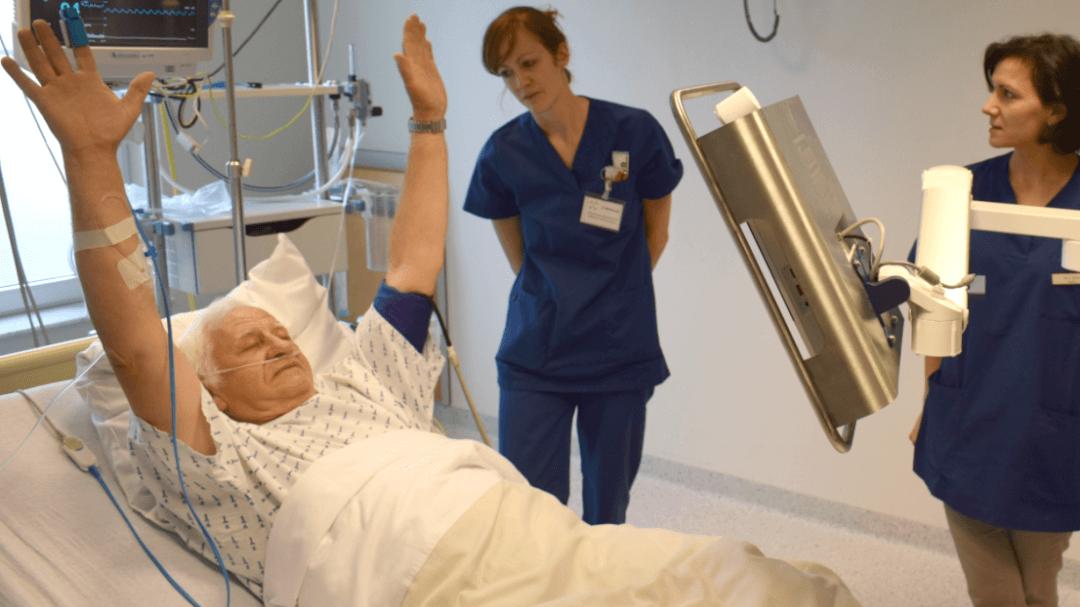 Le CELEM CTM (Chariot de Télé-présence Médicale) permet d'accélérer la prise de décision médicale dans le cas des patients victimes d'un accident vasculaire cérébral ou AVC