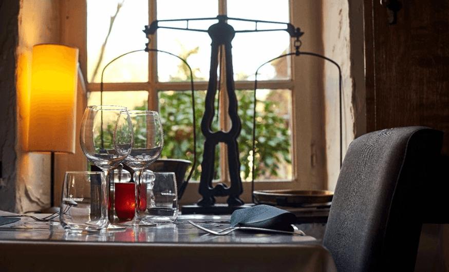 32 chemin de l'Herbe. Une vieille fermette dans un des plus beaux villages du Brabant wallon. La tradition culinaire française est ici subtilement revisitée avec des accents italiens, espagnols et asiatiques...