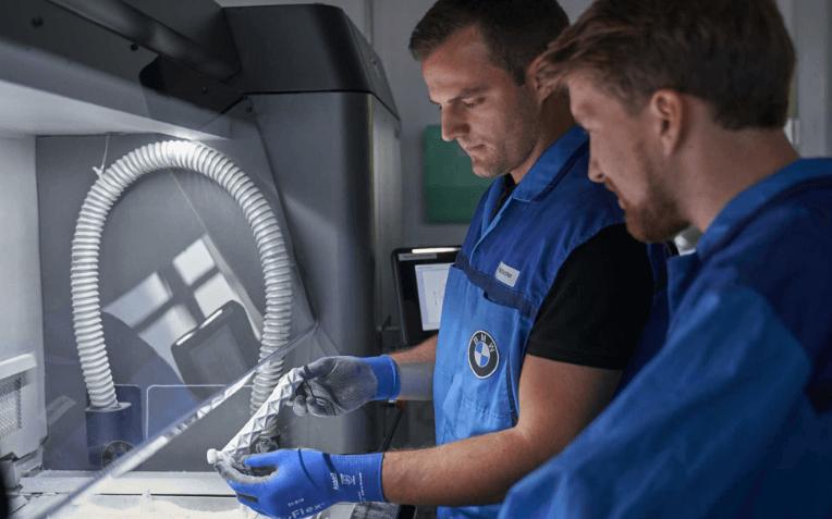 Récemment, le groupe BMW a mis en production en série son millionième composant imprimé en 3D : un rail de guidage de fenêtre pour la BMW i8 Roadster.