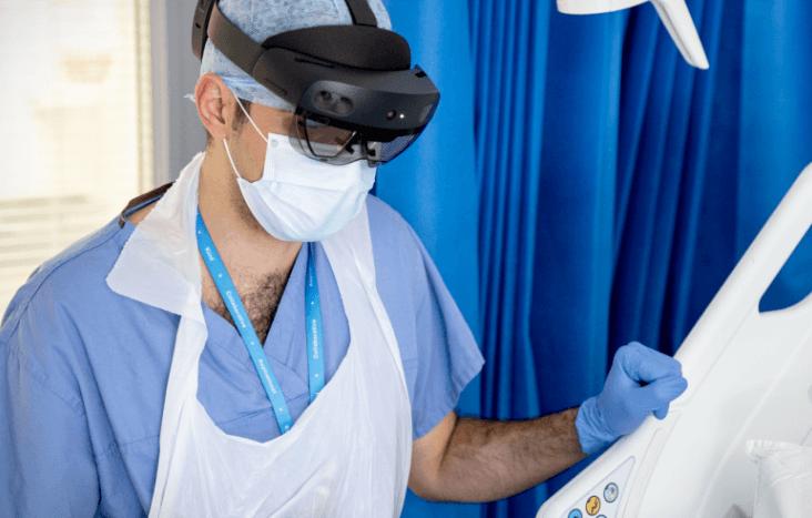 Trois ans après la première intervention chirurgicale holographique, Microsoft et l'hôpital parisien Avicenne AP-HP ont réalisé un 'marathon' d'opérations chirurgicales épaulées par des casques HoloLens 2, impliquant plus de 15 chirurgiens dans 13 pays différents